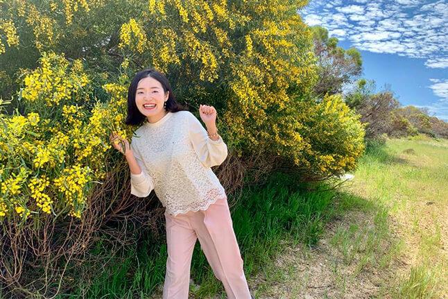 ワイルドフラワーと笑顔の吉田朱里の写真